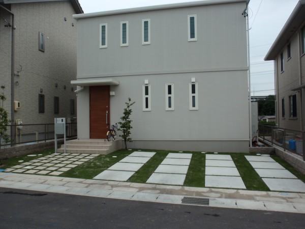 芝生が生えるシンプルな車庫周り 愛知県東海市1