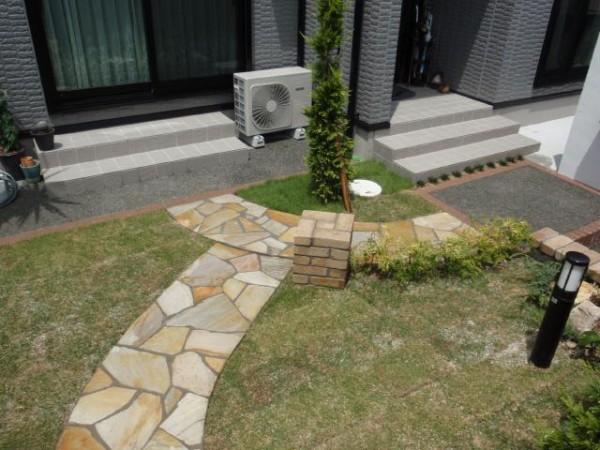 やわらかなラインのレンガ花壇  愛知県名古屋市 1